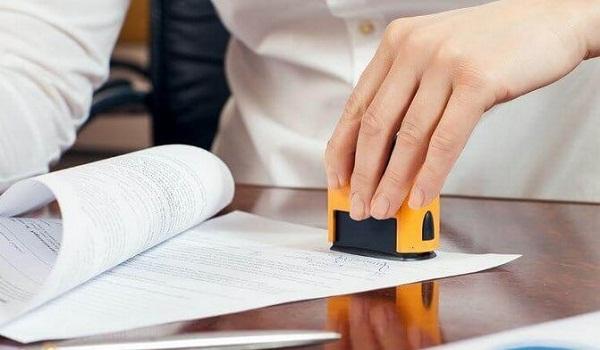 Để làm thủ tục mất hóa đơn, bạn cần ký và đóng dấu tên người đại diện vào bản sao hóa đơn.